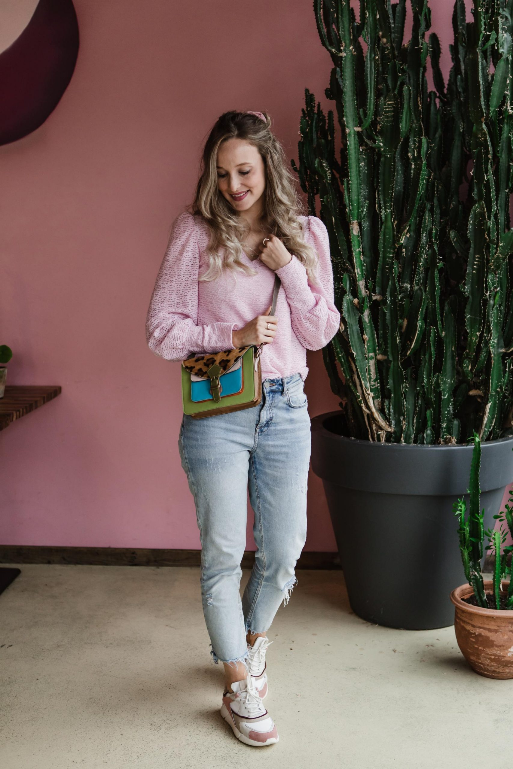 Outfit roze sneakers